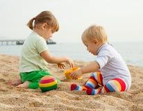 Jonge kinderen op strand Stock Afbeeldingen