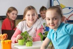 Jonge kinderen in plantkundeklasse stock foto's