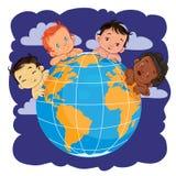 Jonge kinderen van verschillende die nationaliteiten rond de bol worden gevestigd royalty-vrije illustratie