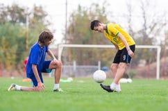 Jonge kinderenspeler op de voetbalwedstrijd stock fotografie