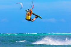 Jonge kitesurfer op overzeese Extreme Sport als achtergrond Kitesurfing Royalty-vrije Stock Fotografie