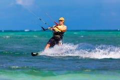 Jonge kitesurfer op overzeese Extreme Sport als achtergrond Kitesurfing Stock Foto's