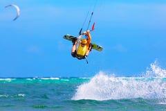 Jonge kitesurfer op overzeese Extreme Sport als achtergrond Kitesurfing Stock Afbeelding