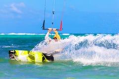 Jonge kitesurfer op overzeese Extreme Sport als achtergrond Kitesurfing Royalty-vrije Stock Afbeeldingen