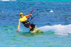 Jonge kitesurfer op overzeese Extreme Sport als achtergrond Kitesurfing Stock Fotografie
