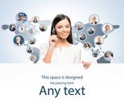 Jonge klantenondersteuningsexploitant die in een call centre werken Stock Afbeelding