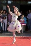 Jonge kleine ballerina die op openbaar stadium dansen stock fotografie