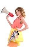Jonge kleurrijke geklede vrouw die en het schreeuwen trogluidspreker winkelen Stock Afbeeldingen