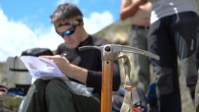Jonge klimmer die en een bericht zitten schrijven bij een stapel van stenen in Georgië in slo-mo stock videobeelden