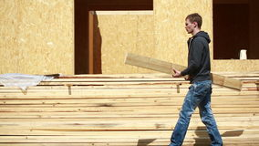 Jonge Knappe Bouwer With Wood Planks stock video