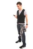 Jonge knappe jongen die cellphone uitnodigt Stock Fotografie