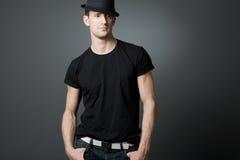 Jonge knappe kerel in zwarte t-shirt. Royalty-vrije Stock Afbeeldingen