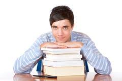 Jonge knappe mannelijke student met studieboeken stock afbeelding