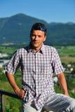 Jonge knappe mens in de bergen royalty-vrije stock fotografie
