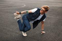 Jonge knappe mens in de dansende hiphop van de modieuze denimkleding royalty-vrije stock afbeeldingen