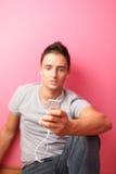 Jonge knappe mens die aan de muziek luistert Royalty-vrije Stock Afbeelding