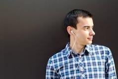 Jonge knappe mens die aan muziek luistert Royalty-vrije Stock Afbeeldingen