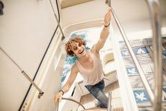 Jonge knappe mens die boot voorbereiden om een reis te beginnen, die zich op de boot bevinden royalty-vrije stock afbeeldingen