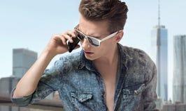 Jonge knappe mens die modieuze zonnebril dragen Royalty-vrije Stock Foto's