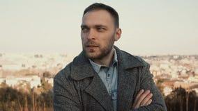 Jonge knappe mens die zich op het panorama van Rome, Italië en rond het kijken bevinden Ernstige mannelijke buitenkant in zonnige Stock Foto's