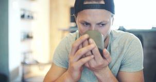 Jonge Knappe Mens het Drinken Koffie stock videobeelden