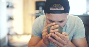 Jonge Knappe Mens het Drinken Koffie stock footage