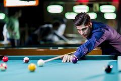 Jonge knappe mens het spelen snooker stock afbeeldingen