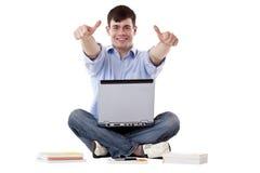 Jonge, knappe mens met computer uitdrukkelijk succes Stock Afbeeldingen