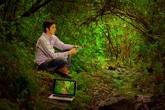 Jonge knappe mens met Internet-binnen connectiviteit royalty-vrije stock afbeeldingen
