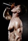 Jonge knappe mens met sterke spieren, eiwitdrank na trai Stock Foto