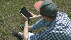 Jonge knappe mens met tabletcomputer stock footage