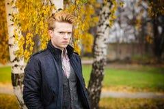 Jonge knappe mens in openlucht royalty-vrije stock fotografie
