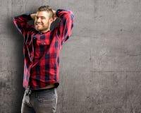 Jonge knappe mens over muurachtergrond stock afbeeldingen