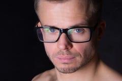 Jonge knappe mens in studio Smart, spier en sexy stock afbeelding