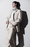 Jonge knappe mens in wit kostuum Stock Afbeeldingen