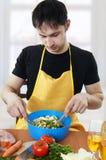 Jonge knappe mensen kokende salade Stock Foto's
