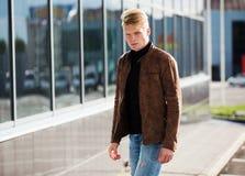 Jonge knappe modieuze mens in bruin jasje in de herfsttijd openlucht in toevallige stijl Stock Afbeeldingen