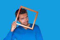 Jonge knappe sexy mens op blauwe achtergrond royalty-vrije stock afbeelding