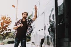 Jonge Knappe Toerist laat bijna voor Bus royalty-vrije stock foto's