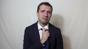 Jonge knappe zakenman die en zijn hoofd in frustratie zuchten schudden stock video