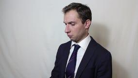 Jonge knappe zakenman die op zijn smartphone met een cliënt spreken stock video