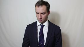 Jonge knappe zakenman die op zijn smartphone met een cli?nt spreken stock footage