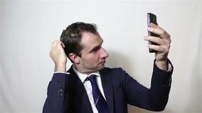 Jonge knappe zakenman die selfie, en zijn hand glimlachen golven maken stock video