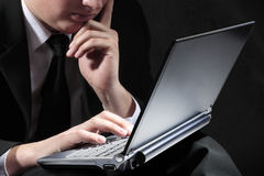 Jonge knappe zakenman met laptop Royalty-vrije Stock Foto's