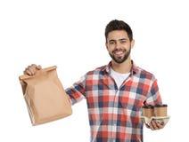 Jonge koerier met document zak en dranken op witte achtergrond royalty-vrije stock afbeeldingen