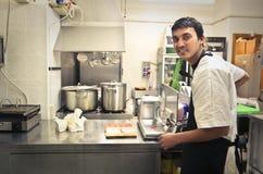 Jonge kok in een keuken royalty-vrije stock fotografie