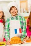 Jonge kok met verse smakelijke Franse croissants Stock Foto