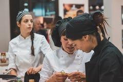 Jonge koks die in Tuttofood 2015 in Milaan, Italië werken Stock Foto's