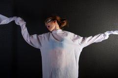 Jonge krankzinnige vrouw met dwangbuis met proefglazen stock afbeelding