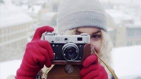 Jonge krullende vrouw met oude filmcamera stock videobeelden